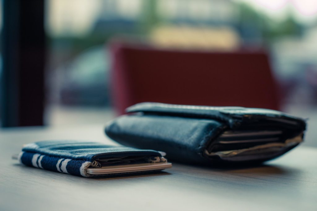 Im Vergleich zur normalen Geldbörse wirkt das Space Wallet regelrecht winzig.