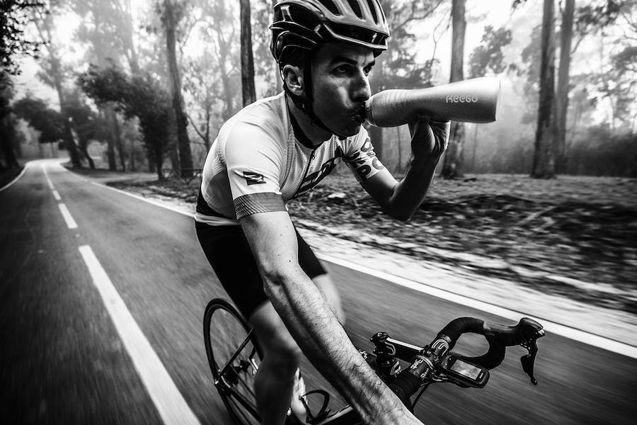 KEEGO passt in die Flaschenhalterung von Fahrrädern.